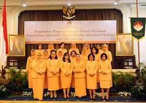 Pengurus DPW Sekretariat Kabinet 2014-2019 yang dikukuhkan oleh Ketua DWP Wien Ritola Tasmaya, di kantor Wakil Presiden, Jakarta, Kamis (6/8) siang