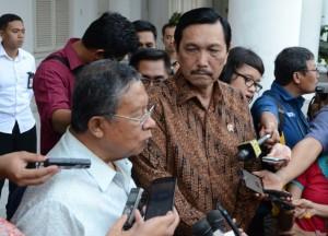 Menko Perekonomian Darmin Nasution bersama Menko Polhukam Luhut B. Pandjaitan, di Istana Bogor, Jabar, Senin (24/8)