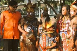 Konsul RI Andre Omer Siregar, bersama para penari Papua dalam Pesona Indonesia, di Darwin, Australia, Sabtu (1/8) lalu