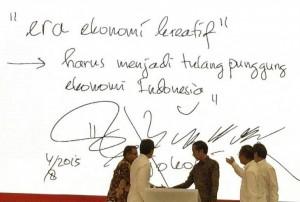 Presiden Jokowi menulis pesan mengenai ekonomi kreatif, saat berdialog di ICE, kawasan BSD Serpong, Banten, Selasa (4/8)