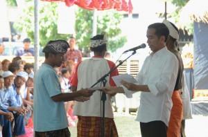 Presiden Jokowi membagika KIS, KIP, KKS, dan KASPDB, di Desa Tulikup, Kab. Gianyar, Bali, Minggu (30/8)