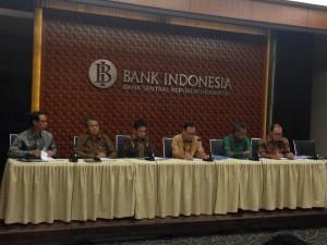 Gubernur BI Agus Martowardojo (tengah) saat memberikan keterangan di kantor Gubernur BI, Jakarta, Selasa (18/8)