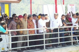 Menteri PUPR Basuki Hadimuljono didampingi Gubernur Jabar Ahmad Heryawan menyaksikan pengisian air pertama Waduk Jatigede, di Sumedang, Jabar, Senin (31/8)