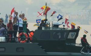 Presiden Jokowi didampingi Ibu Negara Iriana melepas karnaval air, di Pontianak, Kalbar, Sabtu (22/8)