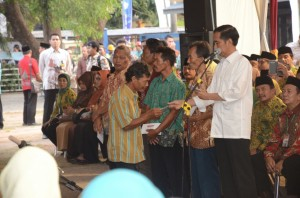Presiden Jokowi membagikan KIS, KKS, KIP, da KASPDB, di  Jombang, Jatim, Sabtu (1/8) siang
