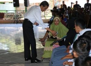 Presiden Jokowi menyerahkan KKS, KIP, dan KIP kepada warga di Maros, Sulsel, Senin (3/8)