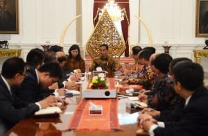 Presiden Jokowi menerima paparan hasil studi kereta api cepat Jakarta-Bandung dari Pemerintah RRT, di Istana Merdeka, Jakarta, Senin (10/8)