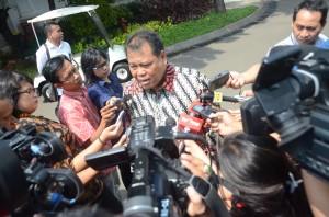Ketua MK Arief Hidayat menjawab wartawan seusai diterima Presiden Jokowi, di Istana Merdeka, Jakarta, Senin (10/8)