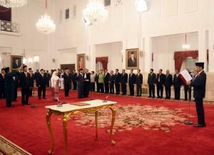 Presiden Jokowi saat melantik dan mengambil sumpah anggota Komisi Kejaksaan, di Istana Negara, Jakarta, Kamis (6/8)