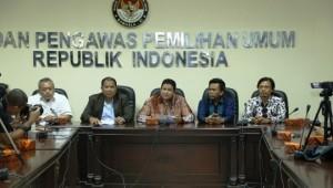 Ketua Bawaslu Muhammad (tengah) didampingi pimpinan Bawaslu lainnya menyampaikan keterangan pers, di kantor Bawaslu, Jakarta, Rabu (5/8)