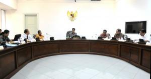 Presiden Jokowi memimpin rapat terbatas membahas pembangunan LRT di Jabodetabek, di kantor Kepresidenan, Jakarta, Selasa (18/8) siang