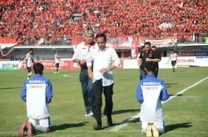 Presiden Jokowi berlari seusai melakukan kick off turnamen sepakbola Piala Presiden, di Gianyar, Bali, Minggu (30/8)