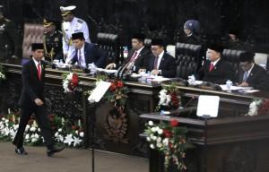 Presiden Jokowi menuju mimbar untuk menyampaikan pidato pada Sidang Tahunan MPR-RI, di Gedung MPR-RI, Jakarta, Jumat (14/8)