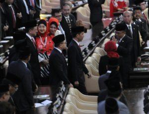 Presiden Jokowi didampingi Ketua MPR-RI Zulfikli Hasan memasuki ruang Sidang Paripurna MPR-RI, di Jakarta, Jumat (14/8)
