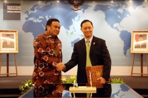 Menteri Perdagangan Thomas Lembong (kanan) saat serah terima jabatan dengan Rahmat Gobel, di kantor Kemendag, Jakarta, Rabu (13/8)