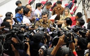 Seskab Pramono Anung menjawab wartawan soal Capim KPK, di Istana Merdeka, Jakarta, Senin (31/8)