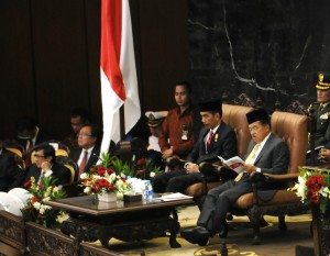 Presiden Jokowi didampingi Wakil Presiden Jusuf Kalla sesaat sebelum menyampaikan RAPBN 2016, di depan Rapat Paripurna DPR-RI, Jakarta, Jumat (14/8) siang