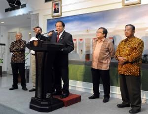 Menko Kemaritiman Rizal Ramli memberikan keterangan pers seusai Sidang Kabinet Paripura, di kantor Kepresidenan, Jakarta, Rabu (19/8)