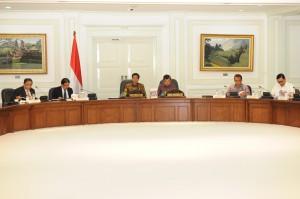 Presiden Jokowi didampingi Wapres Jusuf Kalla memimpin rapat terbatas membahas dampak El Nino, di kantor Presiden, Jumat (31/8)