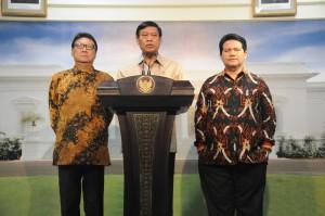 Menko Polhukam Tedjo Edhy Purdijatno didampingi Mendagri dan Ketua KPU menyampaikan hasil rapat terbatas Pilkada, di kantor Presiden, Jakarta, Selasa (4/8) petang