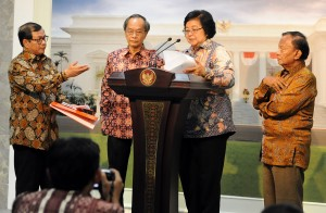 Menteri Lingkungan Hidup Dan Kehutanan Siti Nurbaya didampingi Rachmat Witoelar dan Sarwono K, serta Seskab Pramono Anung, dalam keterangan pers di Istana Merdeka, Jakarta, Senin (31/8)