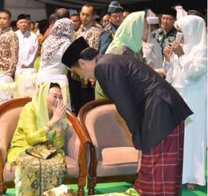 Presiden Jokowi memberikan salam kepada Hj. Sinta Nuriyah, istri mantan Presiden KH. Abdurrahman Wahid, saat pembukaan Muktamar ke-33 NU, di Jombang, Jatim, Sabtu (1/8) malam