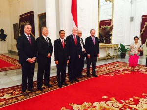 Presiden Jokowi berfoto bersama delegasi Senat AS, di Istana Merdeka, Kamis (13/8) malam