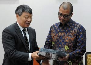 Seskab Andi Widjajanto menerima buku dari Menteri Komisi Pembangunan Nasional dan Reformasi RRT Xu Shaoshi, di Gedung Utama Kemensetneg, Jakarta, Selasa (11/8)