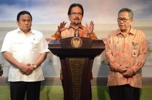 Menko Perekonomian Sofya Djalil didampingi Mendag dan Dirut Perum Bulog dalam konperensi pers, di Istana Negara, Jakarta, Senin (10/8)