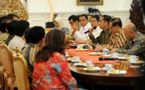 Presiden Jokowi didampingi sejumlah menteri saat bertemu direktur program TV swasta dan negara, di Istana Negara, Jakarta, Jumat (21/8) siang