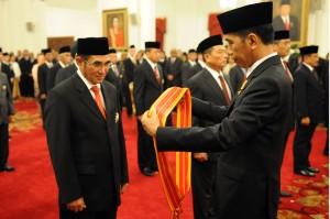 Presiden Jokowi menganugerahkan Tanda Kehormatan kepada mantan Ketua MK Hamdan Zoelva, di Istana Negara, Jakarta, Kamis (13/8)