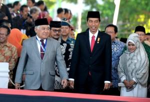 Presiden Jokowi dan Ibu Negara Iriana didampingi Ketua PP Muhammadiyah Din Syamsudin tiba di lokasi Muktamar Muhammadiyah, Lapangan Karebosi, Makassar, Senin (3/8) pagi