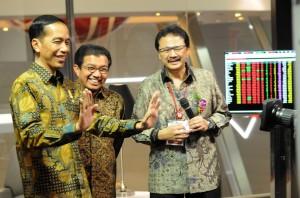 Presiden Jokowi bersama Ketua OJK Muliaman Hadad dan Dirut BEI Tito Suluistyo, dalam peringatan HUT ke-38 Pasar Modal Indonesia, di BEI Jakarta, Senin (10/8)