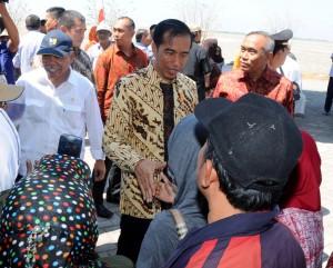 Presiden Jokowi menemui korban Lapindo, di Titik 25 Kolam Penampungan Lumpur Sidoarjo, Selasa (25/8) siang.