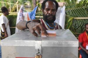 Seorang pemilih  memasukan surat suara ke dalam kotak suara di TPS 01, Kampung Mekurima, Kwamki Narama, Timika, Papua, Selasa (29/1). Pilkada Papua kali ini mengusung 6 pasang calon yang akan mempersebutkan kur