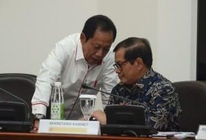 Seskab Pramono Anung berbisik dengan Kepala BIN Sutiyoso di sela-sela rapat terbatas, di kantor Kepresidenan, Jakarta, Senin (21/9)