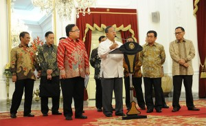 Menko Perekonomian Darmin Nasution menyampaikan rincian Paket Kebijakan Tahap I September 2015, di Istana Merdeka, Jakarta, Rabu (9/9) petang
