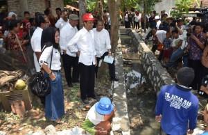 Presiden Jokowi didampingi Menteri PDTT Marwan Jafar berbincang dengan warga desa, di Karawang, Jabar, Minggu (27/9)