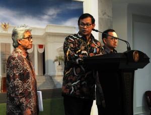 Seskab Pramono Anung didampingi Dirut Pertamina Dwi Sutjipto dan Menteri ESDM Sudirman Said memberikan keterangan, di kantor Kepresidenan, Jakarta, Selasa (8/9)