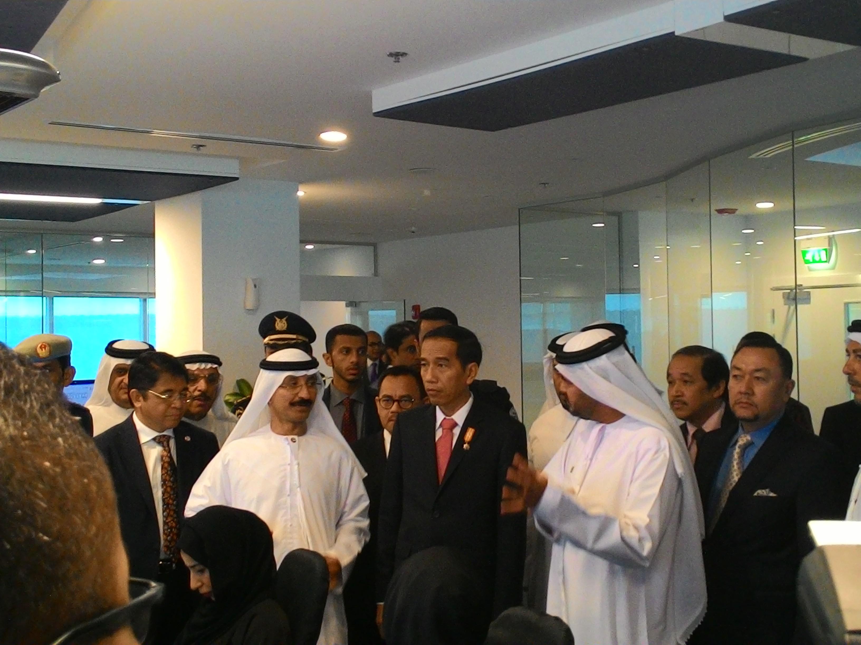 Presiden Jokowi saat meninjau perusahaan Dubai Alumunium, di Dubai, UEA, Senin (14/9)