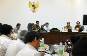 Presiden Jokowi didampingi Wakil Presiden Jusuf Kalla memimpin rapat terbatas soal FDI, di kantor Kepresidenan, Jakarta, Rabu (16/9)