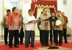 Gubernur BI Agus Martowardojo didampingi Ketua OJK dan sejumlah menteri menyampaikan Paket Kebijakan BI, di Istana Merdeka, Jakarta, Rabu (9/9) petang