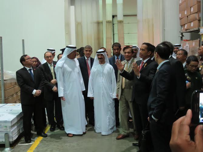 Presiden Jokowi meninjau Gudang Logistik, di Dubai, UEA, Senin (14/9)