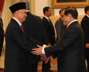 Seskab Pramono Anung memberikan ucapan selamat kepada Kepala Staf Kepresidenan Teten Masduki, di Istana Negara, Jakarta, Rabu (2/9)