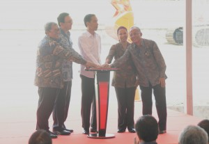 Presiden Jokowi didampingi sejumlah pejabat menekan tombol sirene tanda dimulainya pembangunan LRT, di Jakarta Timur, Rabu (9/9) pagi