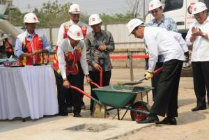 Presiden Jokowi melakukan peletakan batu pertama pembangunan LRT Jakarta - Bogor - Depok - Bekasi, di Jakarta Timur, Rabu (9/9) pagi