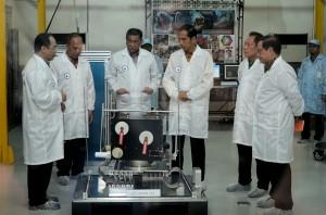 Presiden Jokowi meninjau hasil penelitian LAPAN seusai meluncurkan Satelit Ekuatorial LAPAN-2, di Pusat Teknologi Satelit LAPAN, Bogor, Jabar, Kamis (3/9) pagi