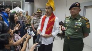 Presiden Jokowi didampingi Panglima TNI dan Kapolri menjawab wartawan, di Palu, Sulteng, Jumat (18/9) lalu