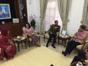Presiden Jokowi didampingi Ibu Negara Iriana menjenguk Wapres Jusuf Kalla, di rumah dinas Jalan Diponegoro, Jakarta, Kamis (10/9) pagi
