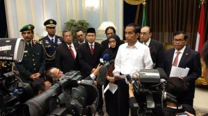 Presiden Jokowi didampingi sejumlah menteri memberikan keterangan pers, di Jeddah, Arab Saudi, Jumat (11/9) malam waktu setempat